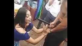 Novinha fazendo boquete no carnaval muita putaria
