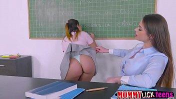 Professora abusando da aluna porno lesbico