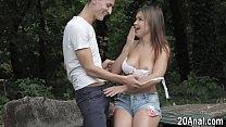 Praticando anal com a namorada no parque